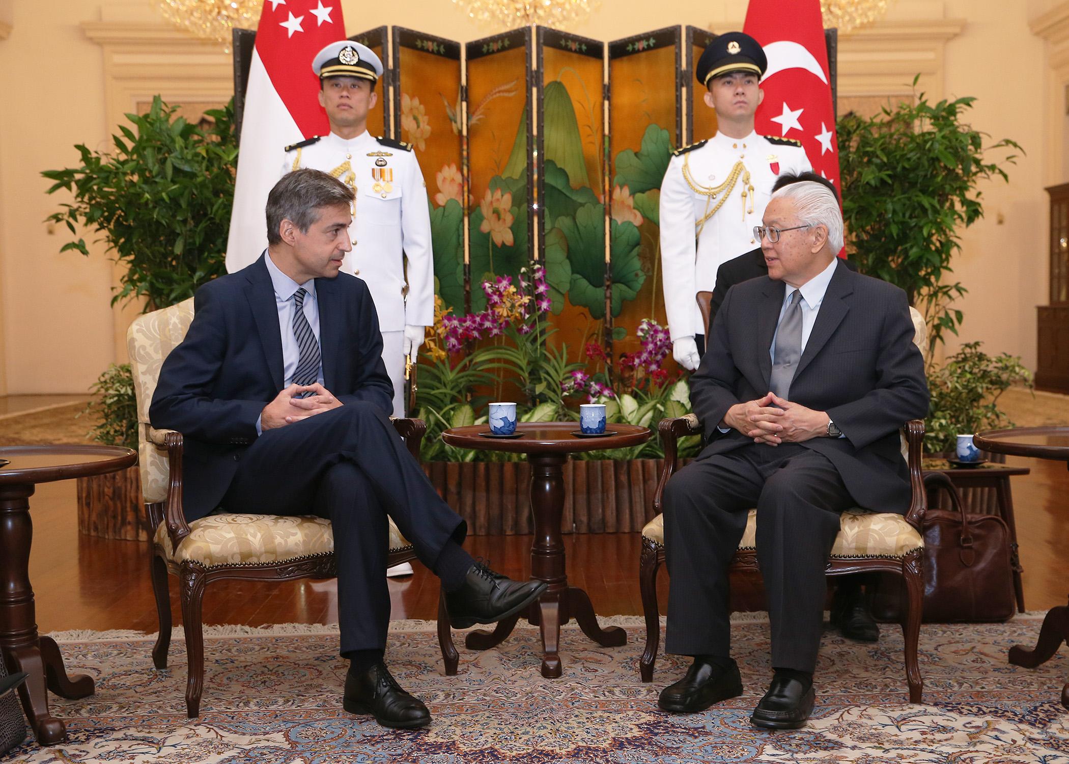 Le nouvel ambassadeur pr sente ses lettres de cr ances au for Chambre de commerce francaise singapour