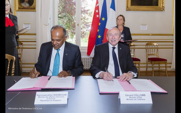 Minister of Home Affairs and Minister of Law of Singapore, K. Shanmugam and French Minister of State, Minister of the Interior G. COLLOMB signing an Administrative Arrangement between France and Singapore